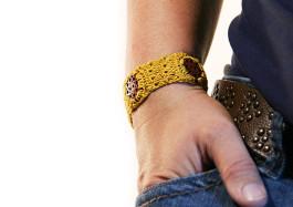 Armband senfgelb mit Knöpfen